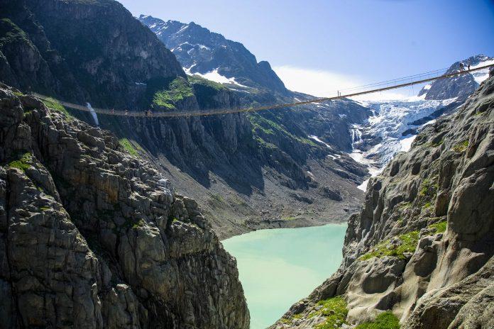 Die Triftbrücke bietet fantastische Bergwanderungen und umwerfende Ausblicke auf den Triftgletschersee und die Gletscherzunge, Schweiz - © Foto Zihlmann / Fotolia