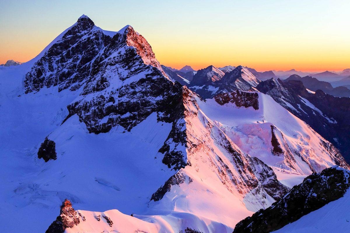 """Spektakulärer Sonnenaufgang am Jungfraujoch mit dem 4.158 Meter hohen Gipfel der """"Jungfrau"""" - © Mikadun / Shutterstock"""