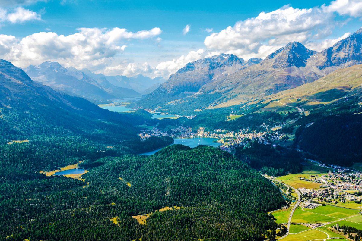 Der Aussichtsberg Muottas Muragl bildet den Ausgangspunkt für zahlreiche unvergessliche Panoramawanderungen um den Schweizer Wintersportort St. Moritz - © lehvis / Shutterstock
