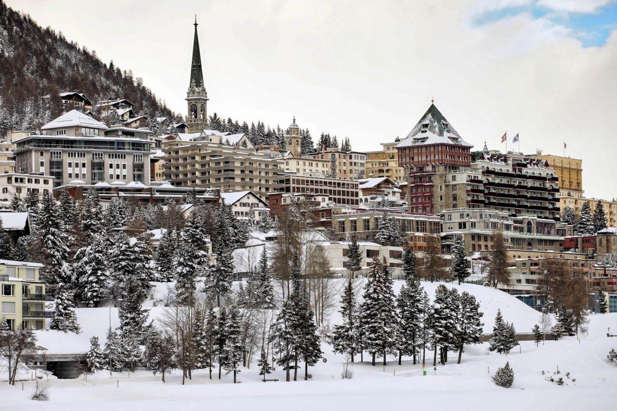 Der malerische Ort St. Moritz im Osten der Schweiz im Kanton Graubünden ist einer der berühmtesten Wintersportorte der gesamten Alpenregion - © Fulcanelli / Shutterstock