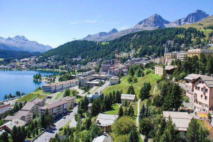Durch die Lage am Südhang der Alpen kann St. Moritz am warmen italienischen Klima teilhaben; durchschnittlich gibt es hier unglaubliche 322 Sonnentage, Schweiz - © caco / Fotolia