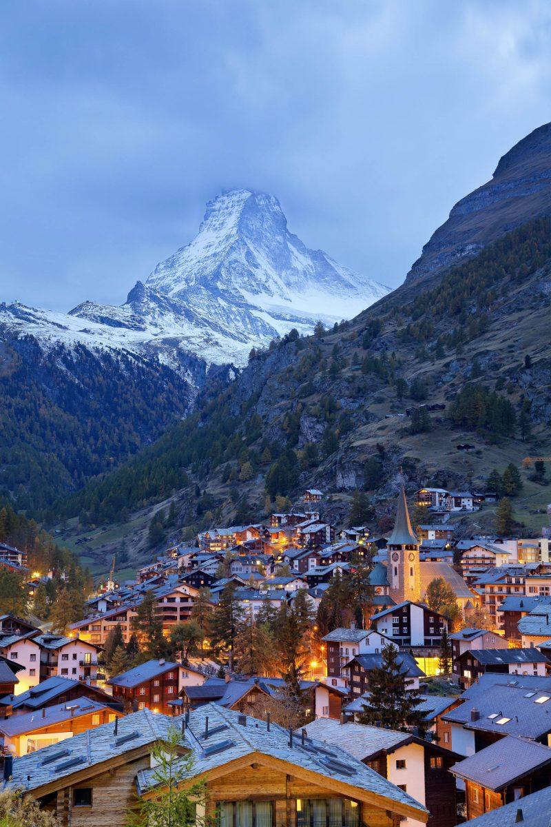 Über dem Schweizer Gebirgsort Zermatt thront der mächtige Gipfel des knapp 4.500m hohen Matterhorns - © Rudy Balasko / Shutterstock