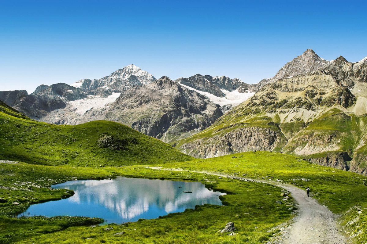 Von Zermatt aus können 30 verschiedene 4.000er-Gipfel in den Alpen bestiegen oder das 400km lange Netz an Wanderwegen erforscht werden, Schweiz - © Lenar Musin / Shutterstock