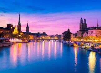 Abendlicher Blick auf die Skyline der Züricher Altstadt, Schweiz - © EUROPHOTOS / Shutterstock