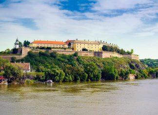 Blick auf die Festung Petrovaradin die auf einem Hügel über der Donau in der serbischen Stadt Novi Sad thront, Serbien - © igor / Fotolia