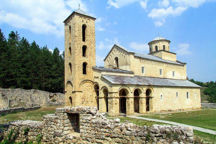 Das serbisch-orthodoxe Kloster Sopoćani, etwa 16km von Novi Pazar entfernt im Südwesten Serbiens ist für seine atemberaubenden Fresken aus dem 13. Jahrhundert berühmt, Serbien - © Valery Shanin / Fotolia