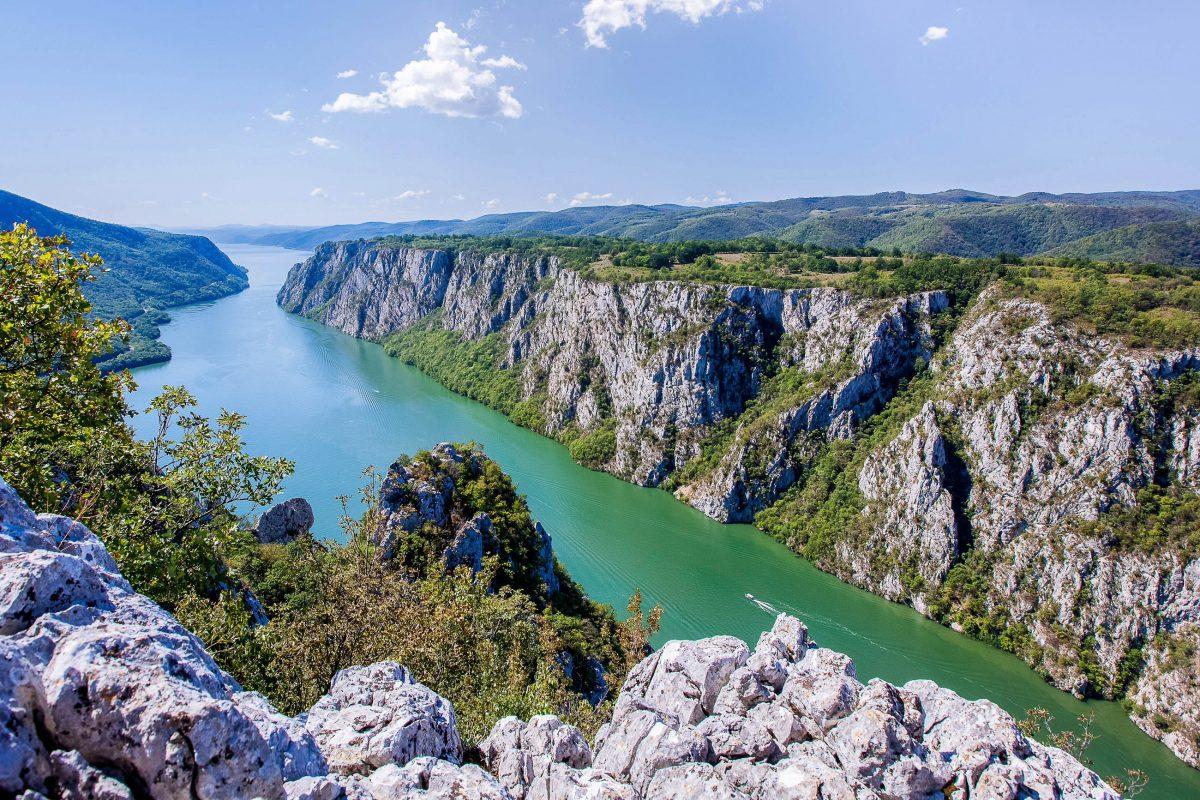 """Die Djerdap Gorge im Nationalpark Đerdap in Serbien, bekannt unter """"Eisernes Tor"""", ist ein über 130km langes Tal, durch das sich die Donau schlängelt - © Slavica Stajic / Shutterstock"""