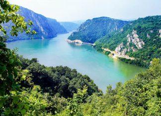 Die Donau schlängelt sich im Nationalpark Đerdap in Serbien durch das Veliki Kazan, das von bis zu 300m hohen Steilwänden flankiert wird - © Julija Sapic / Shutterstock