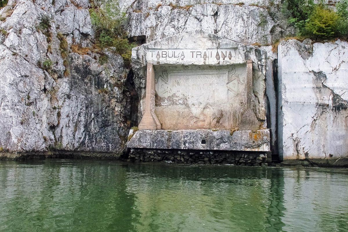 """Die """"Tafel des Trajan"""", eine Inschrift, die zum Andenken an den Bau des Straßenabschnitts der römischen Donausüdstraße, auch """"Trajan-Straße"""" genannt, in den Berg gemeißelt wurde, Serbien - © mares / Shutterstock"""