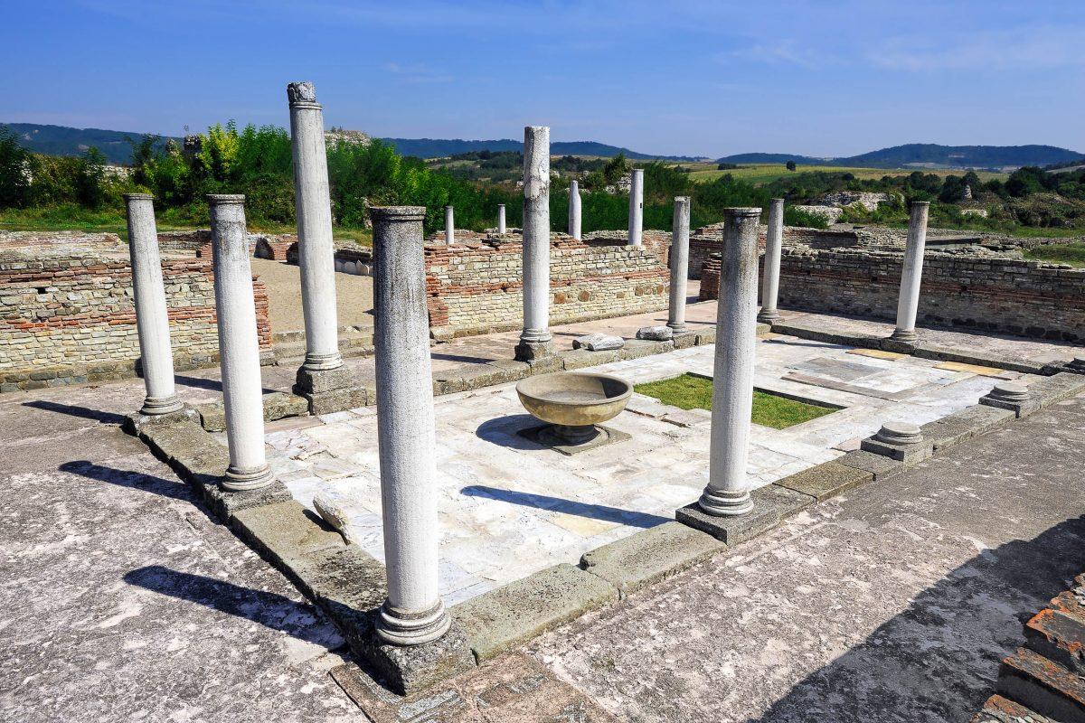 Gut erhaltene Säulen im Galerius-Palast, einer antiken Stätte in Felix Romuliana in der Nähe von Gamzigrad im Osten Serbiens - © Pavle / Fotolia
