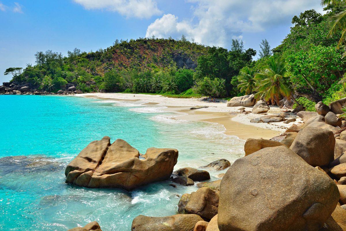 Am Anse Georgette im Südosten von Praslin schaffen dunkle Granitfelsen im schneeweißen Pudersand einen malerischen Kontrast und das türkise Wasser ist glasklar und ruhig, Seychellen - © Oleg Znamenskiy / Shutterstock