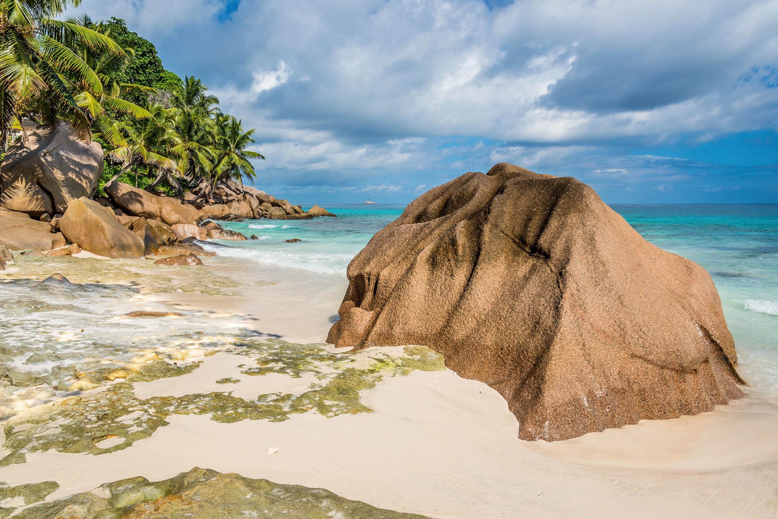 Am nördlichsten Punkt von La Digue, Seychellen, befindet sich der Anse Patates mit puderweichem Sand und traumhafter Korallenlandschaft - © kubais / Shutterstock