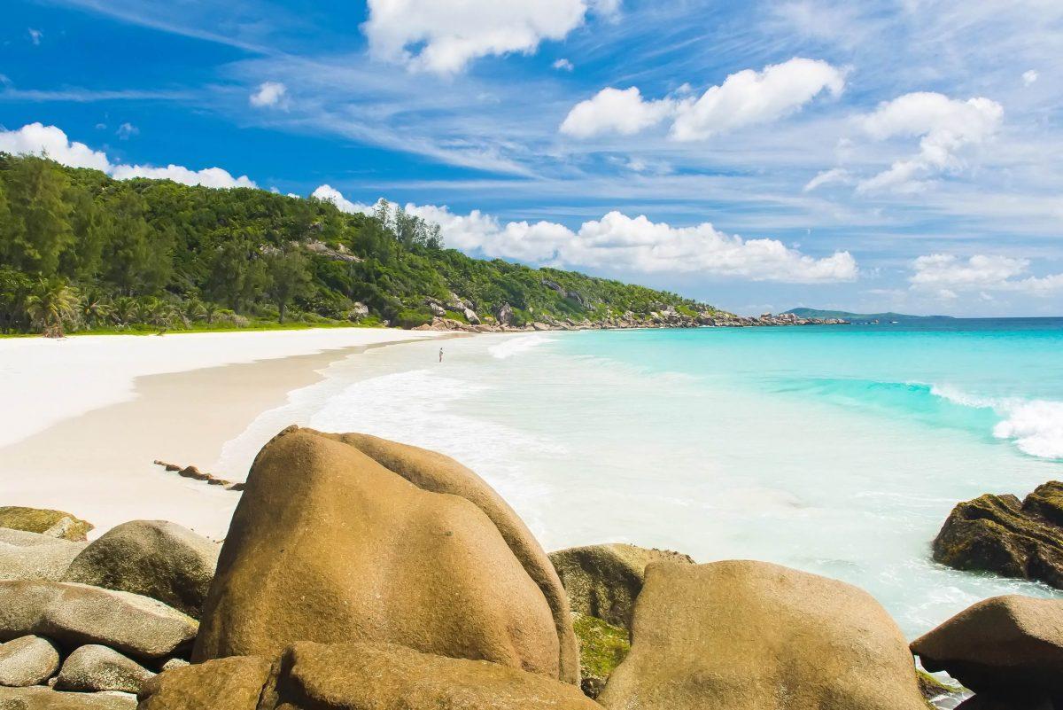 """Auch wenn er """"kleiner Strand"""" heißt, ist der Petit Anse auf La Digue ziemlich groß, Seychellen - © Filip Fuxa / Shutterstock"""