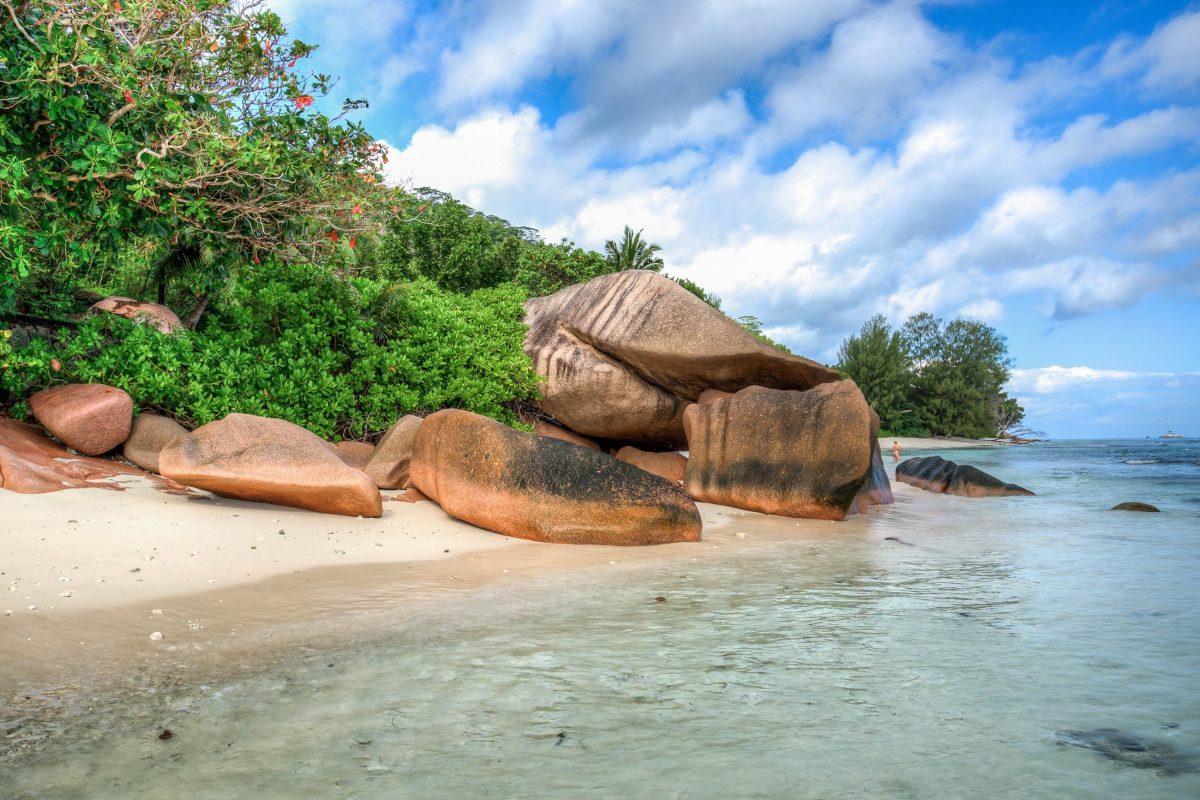 Aufgrund der gefährlichen Strömungen ist der Anse Gaulettes auf La Digue nicht zum Schwimmen geeignet und daher meist menschenleer, Seychellen - © kubais / Shutterstock