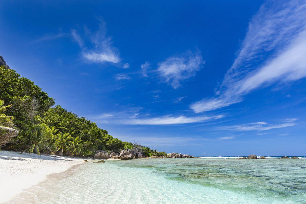 Da der Anse Pierrot kaum beschildert ist, ist der Bilderbuch-Strand auf La Digue oft menschenleer, Seychellen - © IndustryAndTravel / Shutterstock