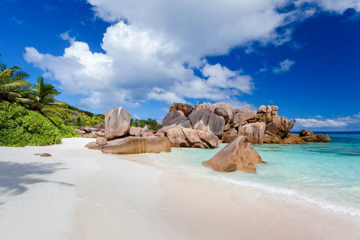 Der Anse Cocos liegt in einer geschützten Bucht an der Ostküste von La Digue und ist nur zu Fuß von Grand Anse oder von Anse Fourmis aus zu erreichen, Seychellen - © beboy / Shutterstock