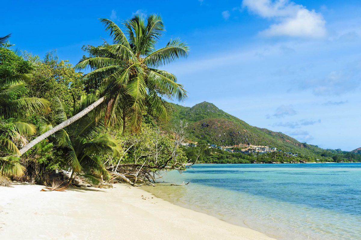 Der Anse Possession liegt direkt an der Hauptstraße und ist ideal für Bade- und Schnorchelausflüge auf Praslin, Seychellen - © Serge Vero / Shutterstock