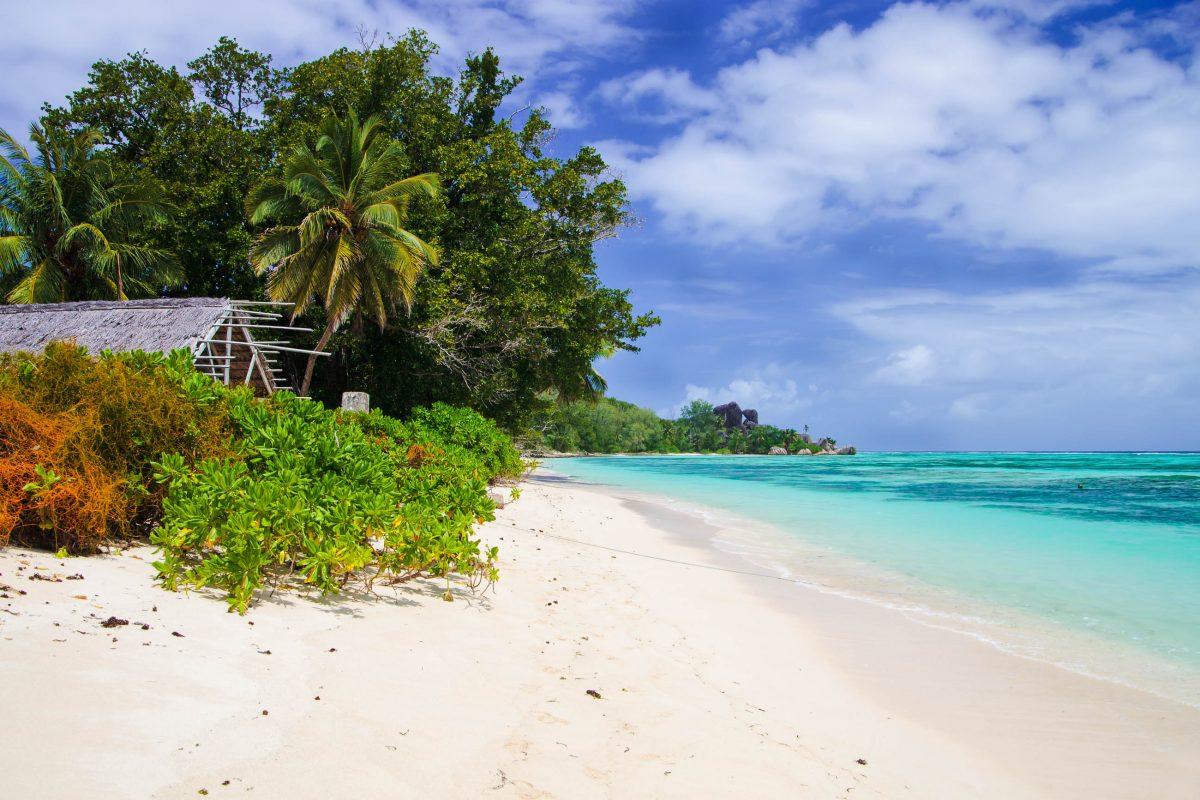 Der Anse Union im Westen von La Digue eignet sich hervorragend zum Baden und Schnorcheln, Seychellen - © sashahaltam / Shutterstock