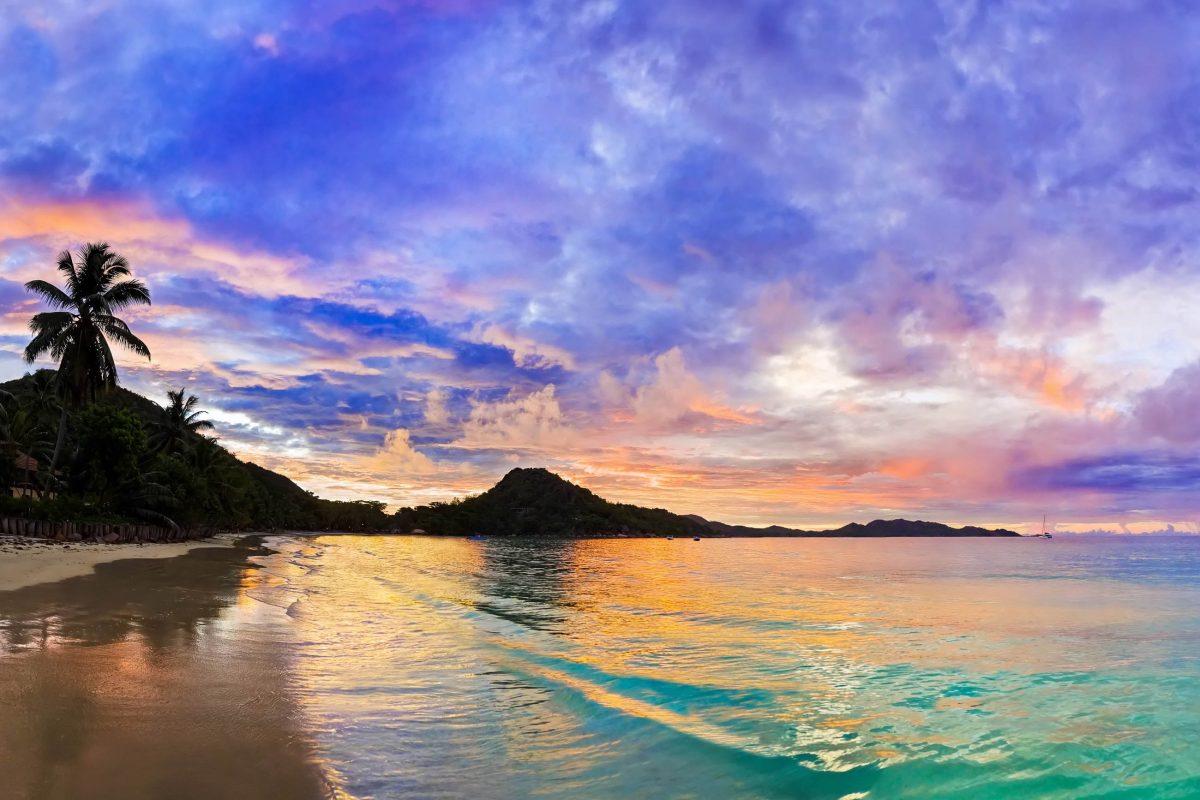 """Der Anse Volbert, mit dem bezeichnendem Beinamen """"Goldküste"""", ist der Hauptstrand auf Praslin, Seychellen - © Tatiana Popova / Shutterstock"""