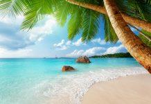 Der berühmteste Strand auf Praslin, der Anse Lazio, diente aufgrund seiner überwältigenden Schönheit bereits als paradiesische Kulisse einer Bacardi-Werbung, Seychellen - © Iakov Kalinin / Shutterstock
