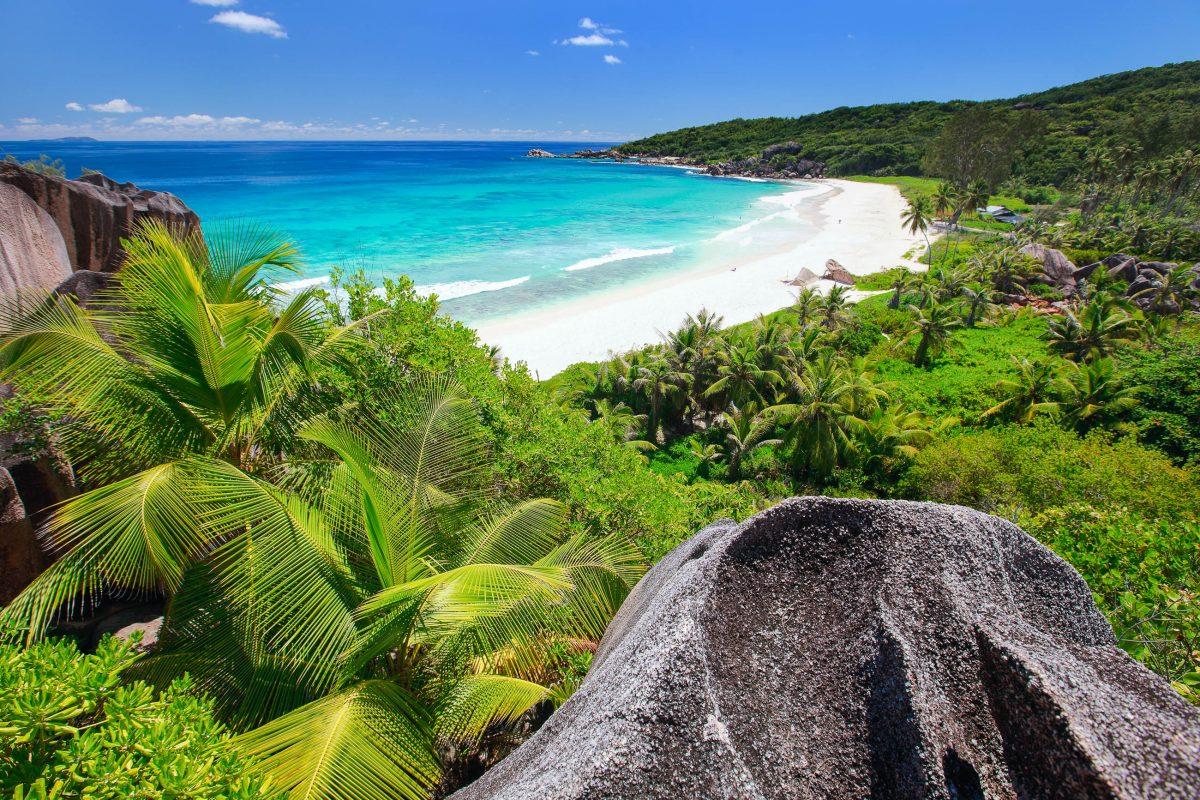 Der paradiesische Grand Anse im Nordwesten von La Digue präsentiert sich mit dunkel glänzenden Granitfelsen, an die die Brandung donnert, Seychellen - © BlueOrangeStudio/Shutterstock