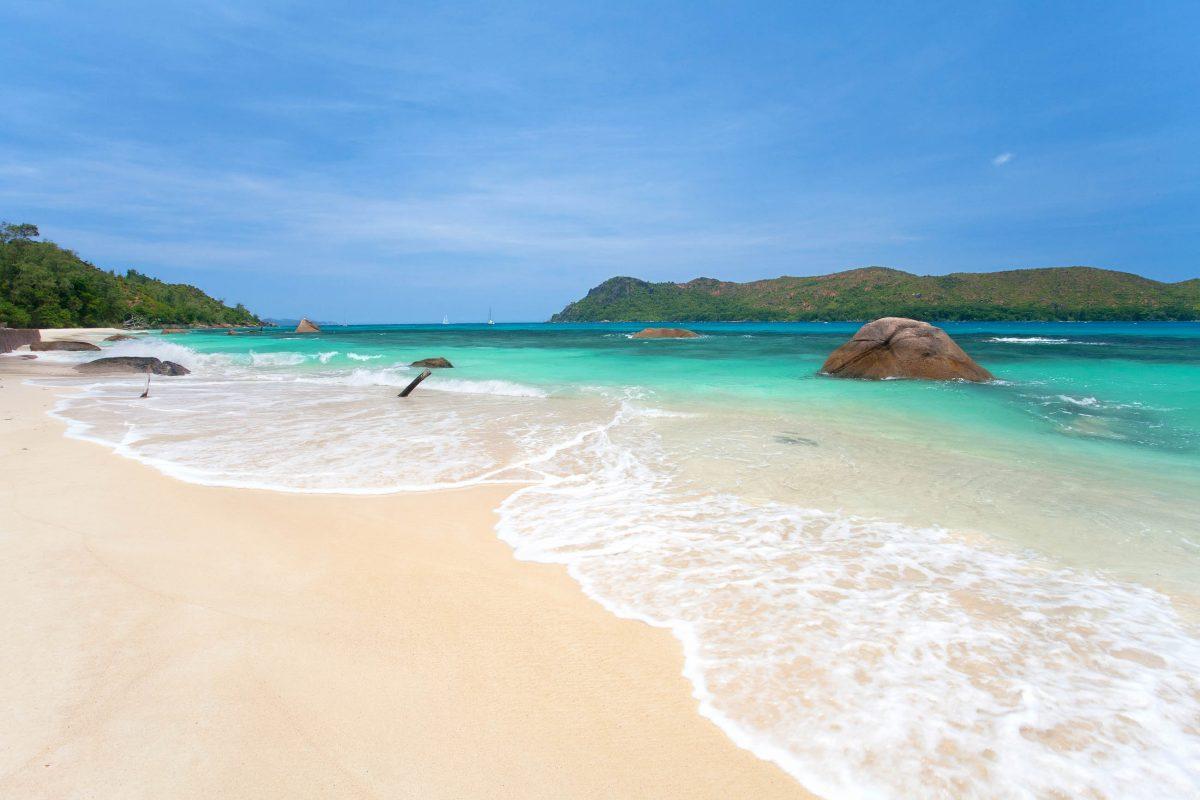 Der Sand des Anse Boudien ist puderweich und die See ruhig und angenehm zum Schwimmen und Baden, Praslin, Seychellen - © Jenny Sturm / Shutterstock