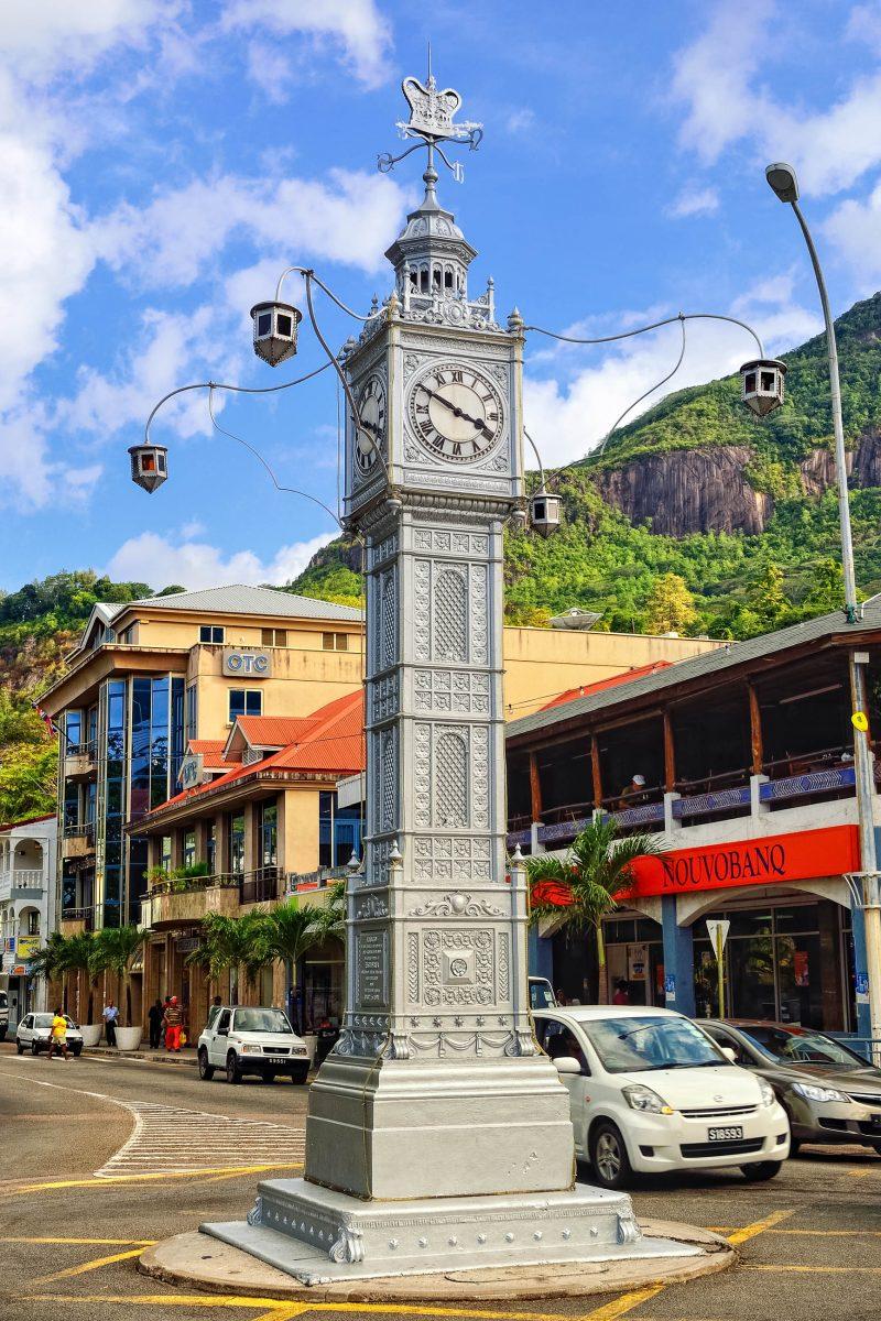Der Clock Tower im Zentrum von Victoria, der Hauptstadt der Seychellen, wurde nach dem Vorbild des Londoner Vauxhall Clock Tower entworfen - © Oleg Znamenskiy / Shutterstock