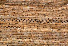 Kunstvoller Steinwall in der Ruinenstadt Khami in Simbabwe - © Jerry Dupree / Shutterstock