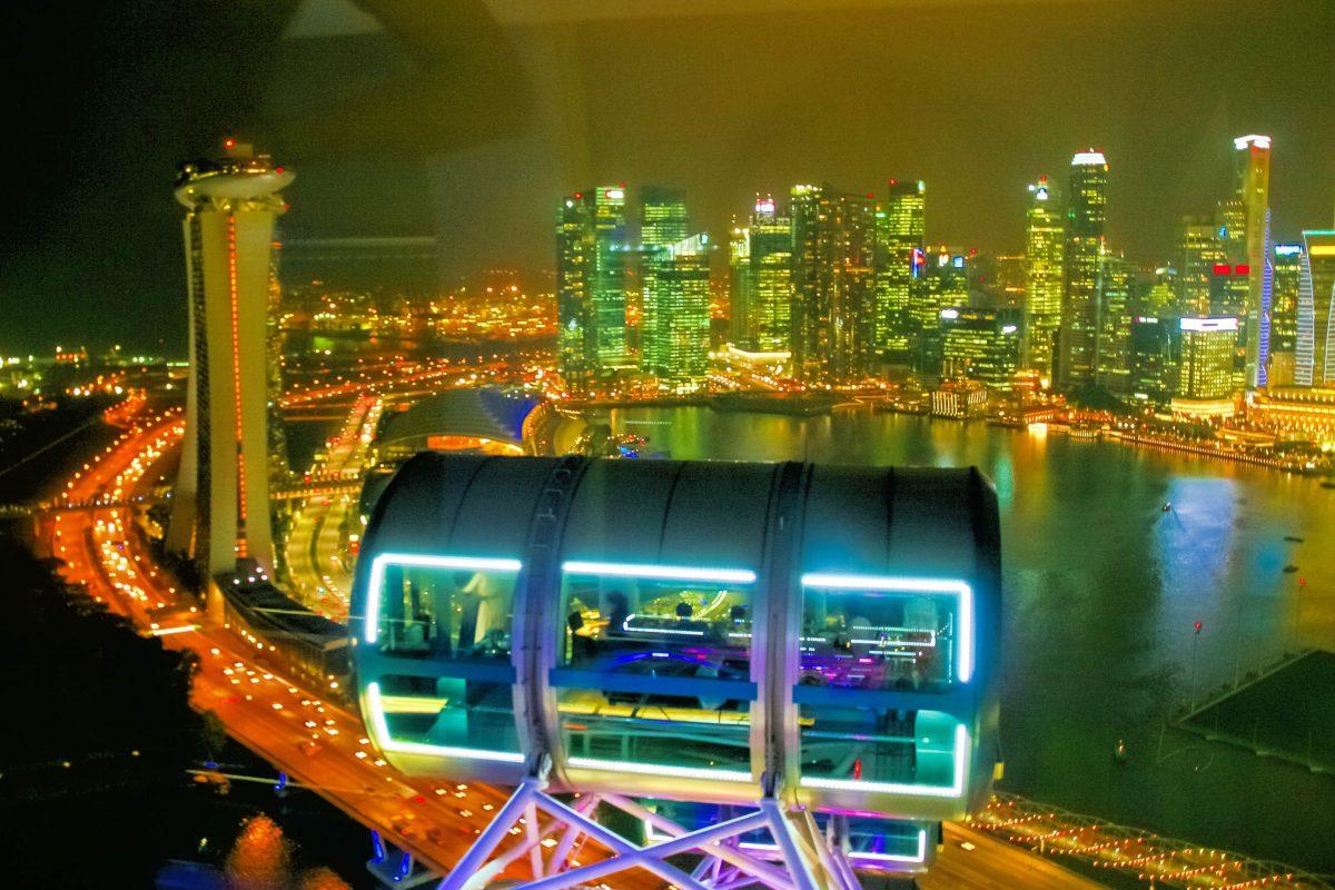 Vor allem bei Nacht erinnern die Gondeln des Singapore Flyers eindeutig an Raumkapseln, Singapur - © ezk / franks-travelbox