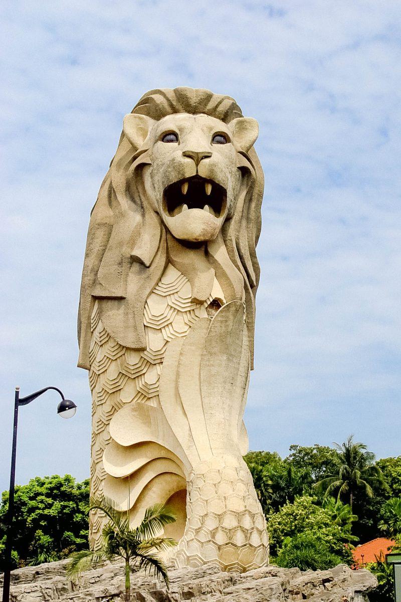 Überall auf der Insel Sentosa sind so genannte Merlion-Statuen verteilt, eine Mischung aus Meerjungfrau und Löwe und das Tourismus-Symbol Singapurs - © Joseph Calev / Shutterstock