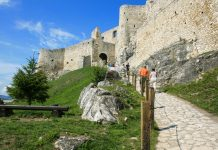 Aufgang zur Zipser Burg, die eine unglaubliche Fläche von über 40.000m2 umfasst und auf einem über 600m hohen Felshügel thront, Slowakei - © hideto / Fotolia