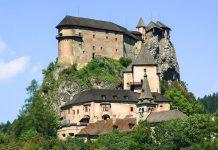 """Die Oravský hrad (auch unter """"Arwaburg"""" oder """"Burg Orava"""" bekannt) thront wie ein gewaltiges Vogelnest auf einer über 100m hohen Felsklippe, Slowakei - © Andrzej Gibasiewicz / Shutterstock"""