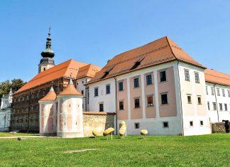 Das Kloster Kostanjevica in der slowenischen Stadt Nowa Gorica (Görz) thront seit Jahrhunderten auf einem felsigen Hügel über der Stadt, Slowenien - © dohtar / Shutterstock