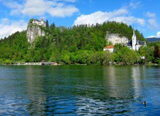 """Die Blejski grad (""""Burg von Bled"""") thront majestätisch auf einem Felsvorsprung über dem Bleder See in Slowenien - © FRASHO / franks-travelbox"""