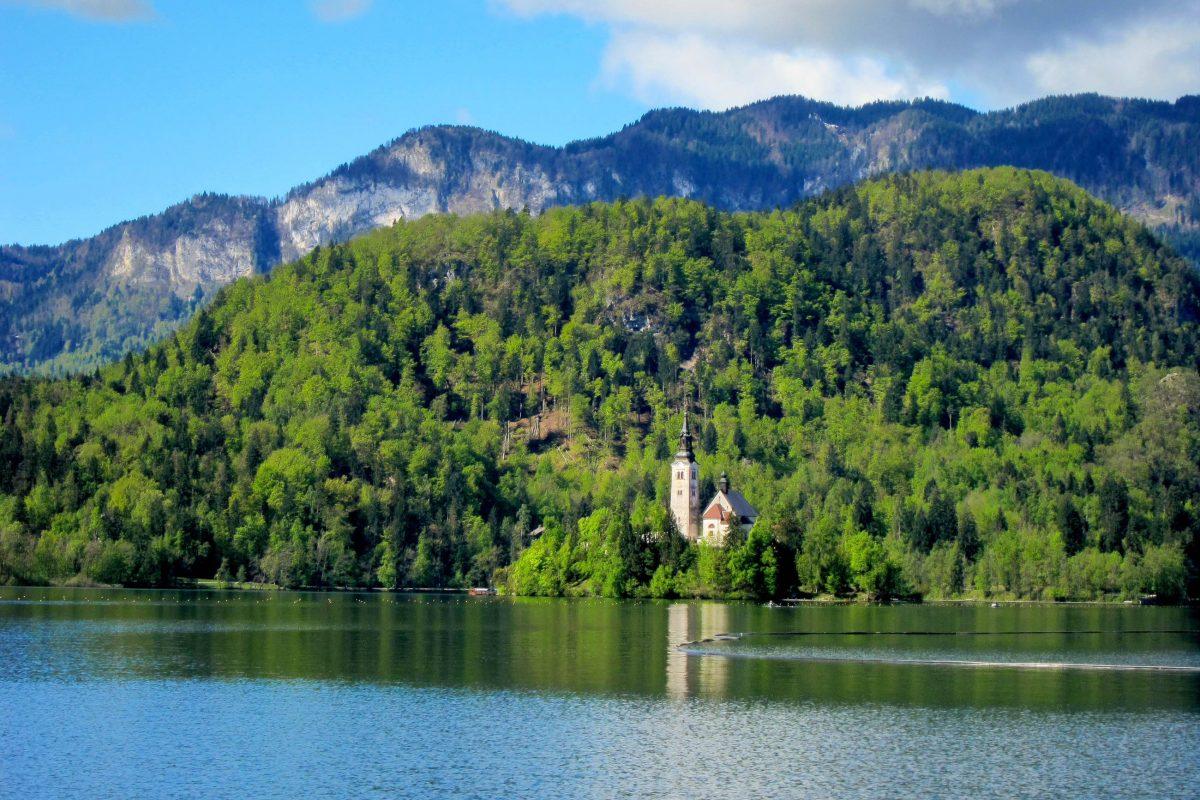 """Die """"Blejski otok"""" (""""Insel von Bled"""") auf dem Bleder See ist die einzige natürliche Insel Sloweniens - © FRASHO / franks-travelbox"""