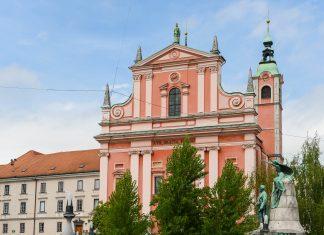 Als markanteste Sehenswürdigkeit am Prešeren-Platz gilt die Franziskanerkirche als eines der Wahrzeichen von Ljubljana, Slowenien - © James Camel / franks-travelbox