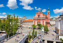 Als Mittelpunkt zweier Wahrzeichen und Hauptplatz von Ljubljana ist der Prešeren-Platz eine der wichtigsten Sehenswürdigkeiten der Hauptstadt von Slowenien - © Matej Kastelic / Shutterstock
