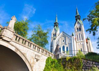 Als weltweit wohl einzige Brücke mit Baumbestand bildet die Trnovo-Brücke in Ljubljana mit der Trnovo-Kirche eine einzigartige Sehenswürdigkeit, Slowenien - © Matej Kastelic / Shutterstock