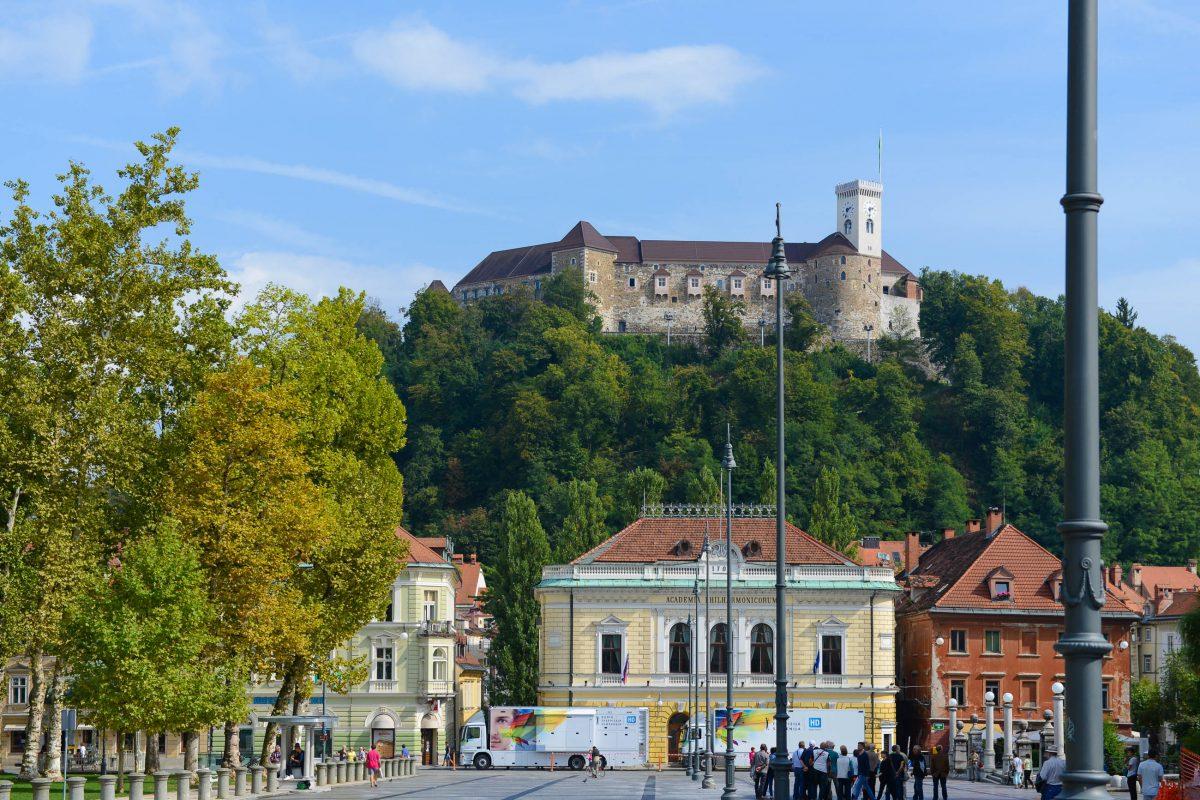 An der Südostecke des Kongress-Platzes in Ljubljana, Slowenien, befindet sich überragt vom Burgberg das Gebäude der Philharmonie von Slowenien - © James Camel / franks-travelbox