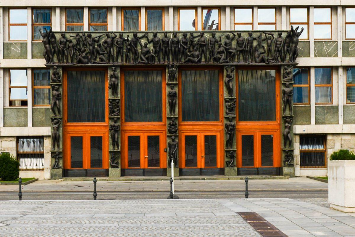 Das eindrucksvolle Eingangsportal zum Parlamentsgebäude in Ljubljana ist der einzige Fassadenschmuck an dem sonst schlichten Gebäude, Slowenien - © James Camel / franks-travelbox