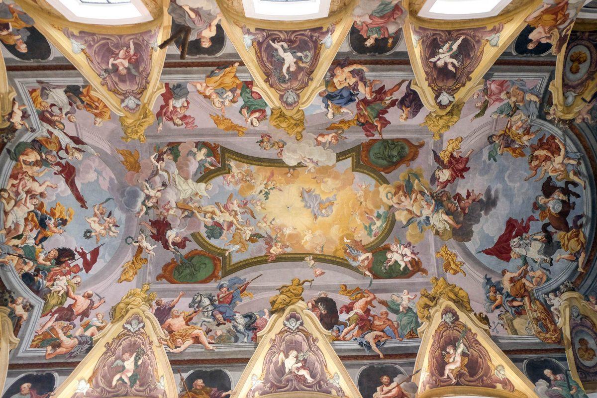 Das meisterhafte Deckenfresko in der Kathedrale von Ljubljana stammt wie das Gemälde am Hochaltar von Matevž Langus, Slowenien - © Zvonimir Atletic / Shutterstock