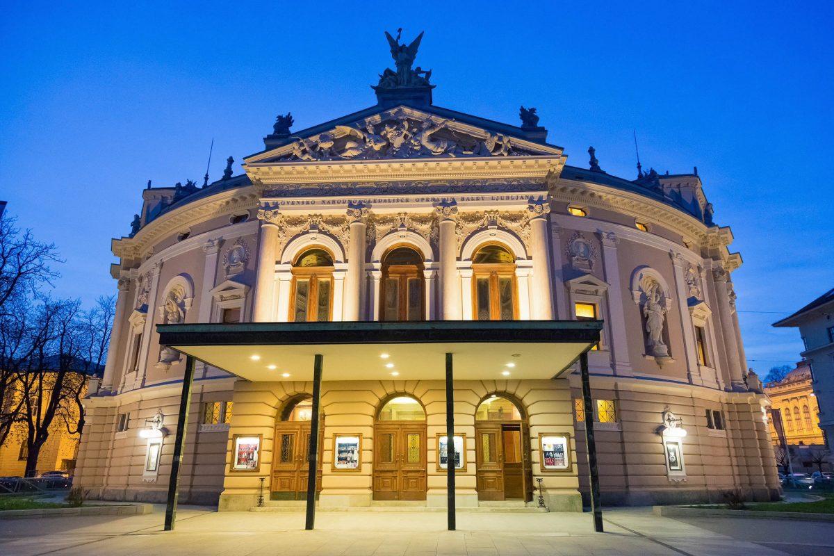 Das Opernhaus von Ljubljana wurde von 1890 bis 1892 von den tschechischen Architekten Jan V. Hrasky und Anton Hruby erbaut , Slowenien - © Matej Kastelic / Shutterstock