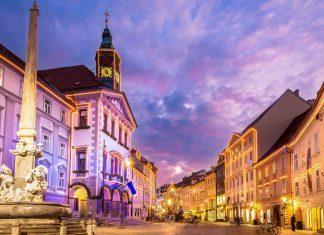 Das Rathaus von Ljubljana am Mestni trg wurde ursprünglich 1484 errichtet und 1817 vom Architekten Gregor Maček neu entworfen, Slowenien - © Matej Kastelic / Shutterstock