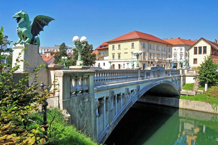 Die berühmte Drachenbrücke am Fuß des Schlossbergs war einst die erste Stahlbetonbrücke von Ljubljana, Slowenien - © Soru Epotok / Shutterstock