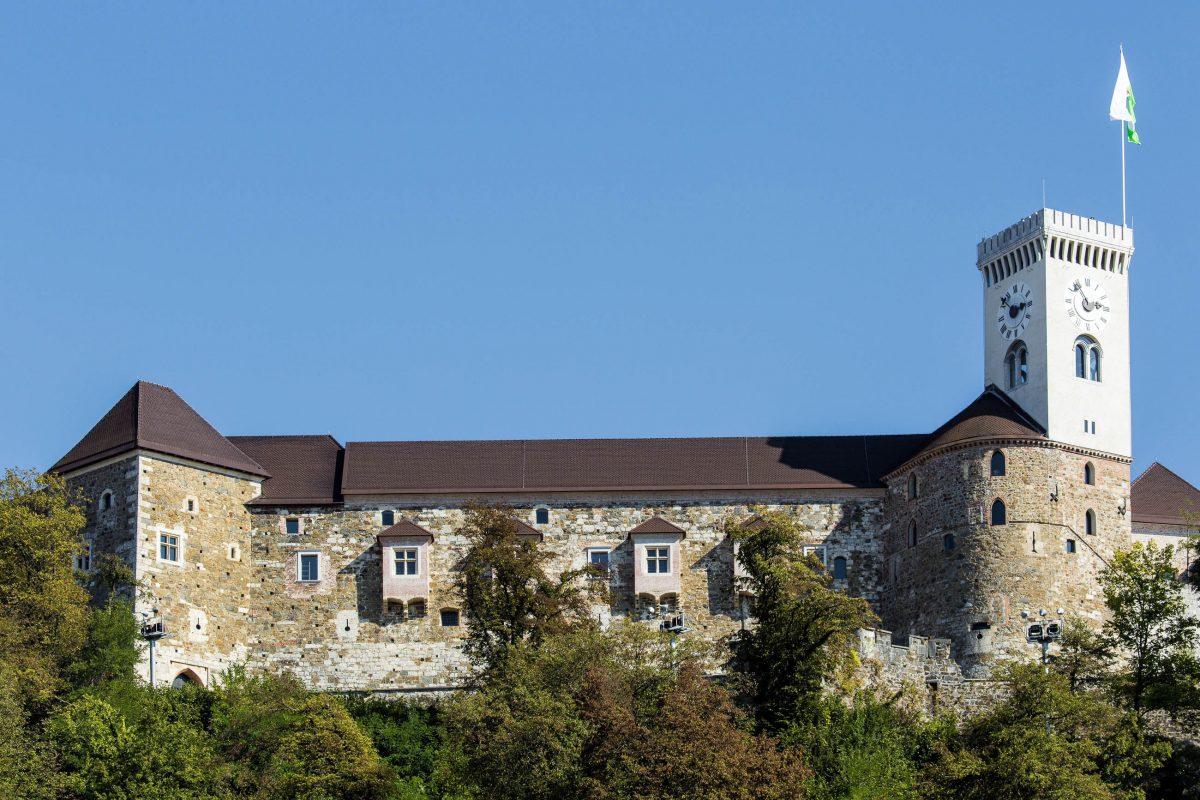 Die Burg von Ljubljana kann im Zuge von Führungen oder mit einem Audio-Guide erkundet werden, Slowenien - © Curioso / Shutterstock