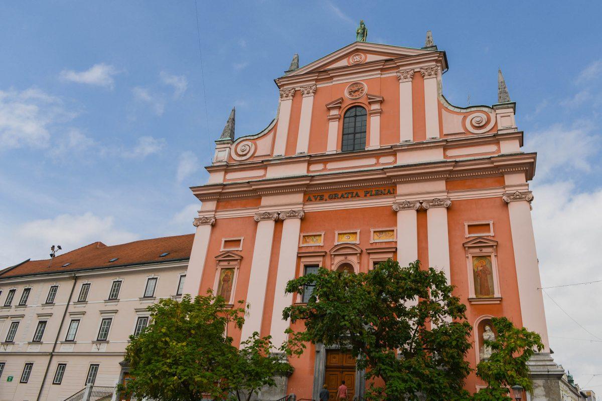 Die charakteristisch rosarote Franziskanerkirche aus dem mittleren 17. Jahrhundert dominiert die Nordseite des Prešeren-Platzes in Ljubljana, Slowenien - © James Camel / franks-travelbox