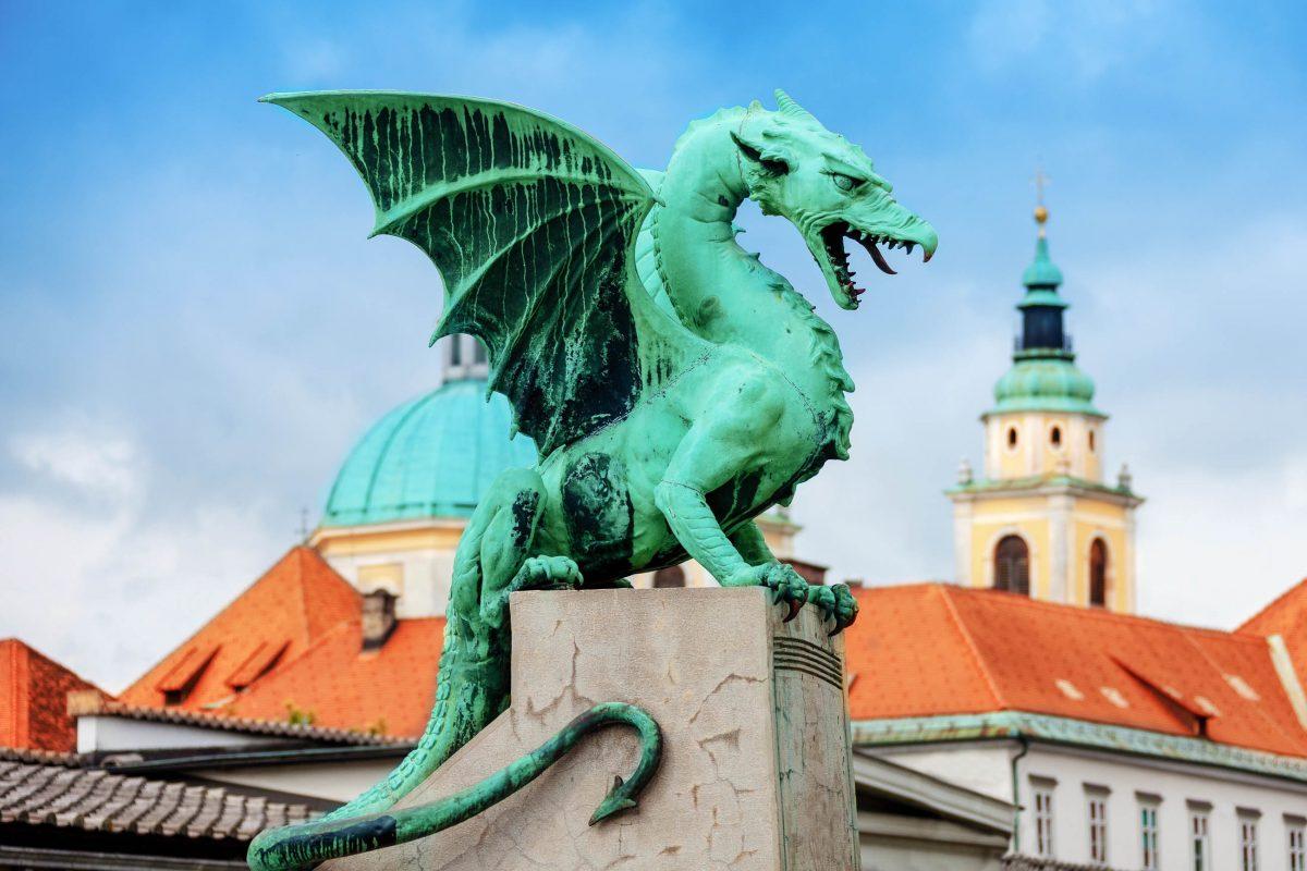 Die erstaunlich lebensechten Figuren der berühmten Drachenbrücke in Ljubljana, Slowenien, wurden von Jurij Zaninovich aus Dalmatien gefertigt - © Sergey Novikov / Shutterstock