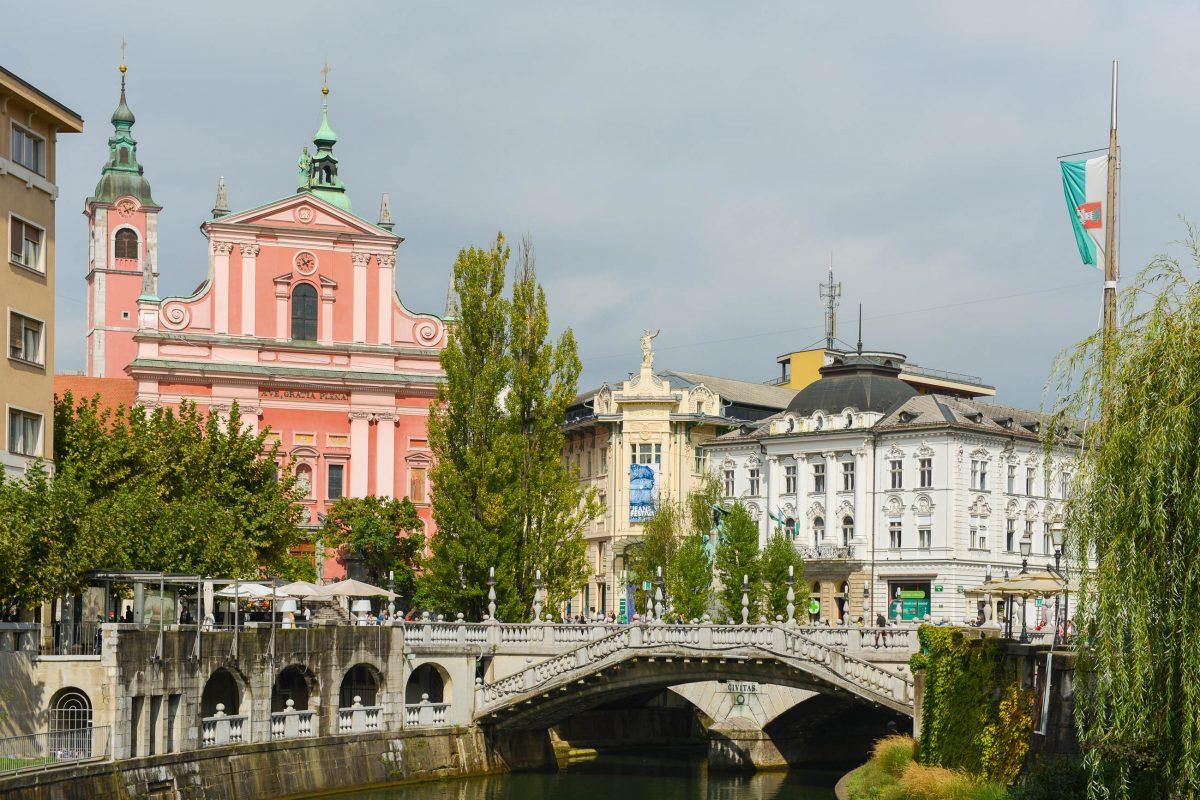 Die Promenade der Ljubljanica mit der Tromostovje und der Franziskanerkirche zählt zu den bekanntesten Fotomotiven von Ljubljana, Slowenien - © James Camel / franks-travelbox