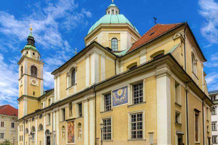 Die St. Nikolaus-Kathedrale in Ljubljana ist als Bischofssitz die wichtigste römisch-katholische Kirche der Hauptstadt von Slowenien - © Leonid Andronov / Shutterstock