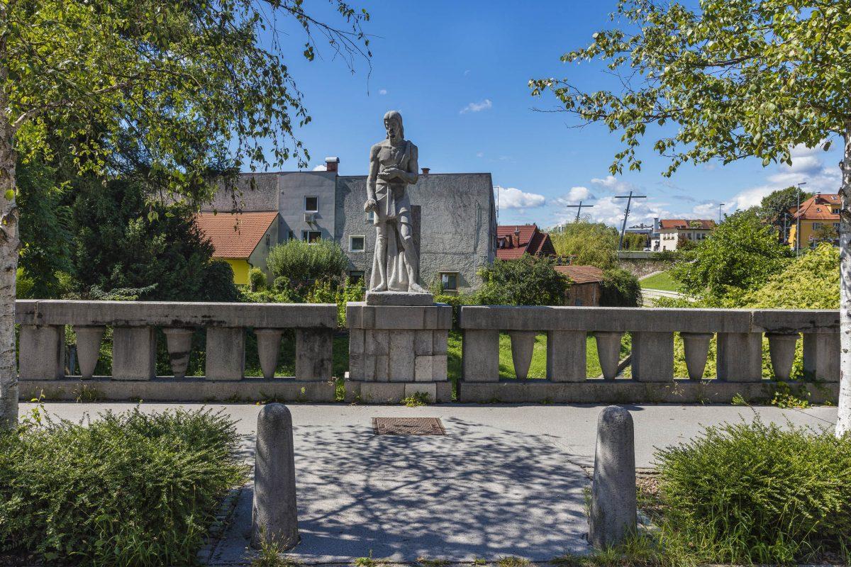Die Statue des Hl. Johannes des Täufers in der Mitte der Trnovo-Brücke von Ljubljana stellt architektonisch eine Verbindung zur Trnovo-Kirche dar, Slowenien - © Cortyn / Shutterstock